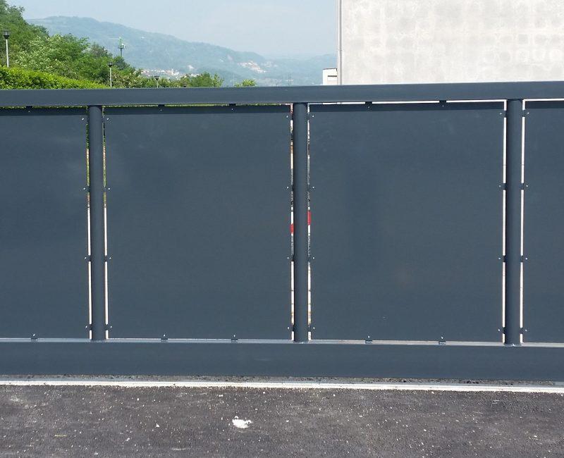 cancello scorrevole in lamiera con colonne di supporto. Zincato a caldo e verniciato