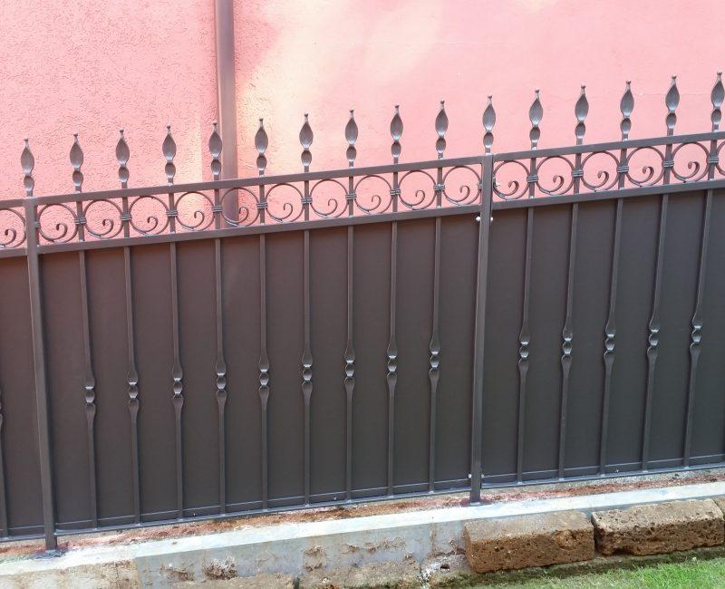 recinzione in ferro con lamiera con zincatura a caldo e verniciatura