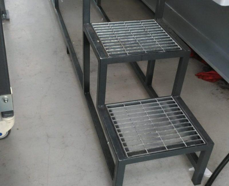 scaletta in ferro verniciato e gradini in grigliato zincato